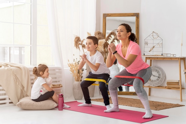 Training voor kinderen en volwassenen met weerstandsband