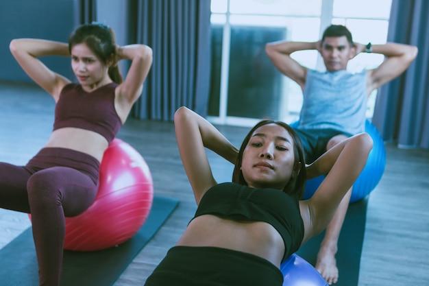 Trainingsconcept; jonge mensen oefenen in de klas