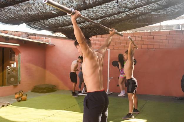 Trainingspartners grijpen terwijl hun vrienden rusten. crossfit training.
