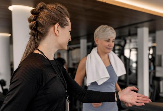 Trainingsprogramma trainer en zijaanzicht van de klant