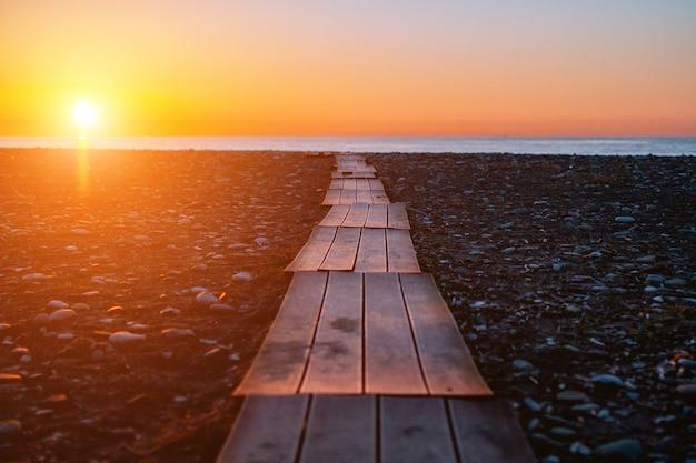 Traject naar de zee. mooi zonsonderganglandschap. je weg vinden. pad naar de zee