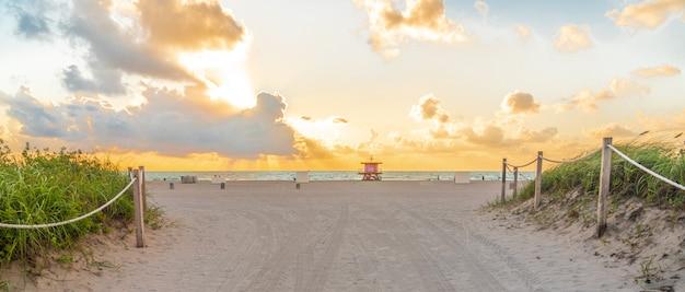 Traject naar het strand in miami beach