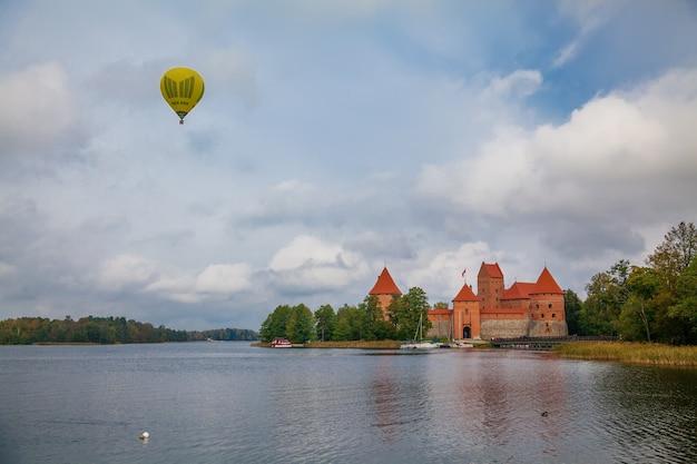 Trakai island castle - is een eilandkasteel gelegen in trakai, litouwen, op een eiland in het galvemeer