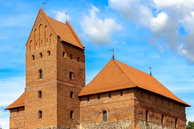 Trakai, litouwen. mening van kasteel trakai in zonnige dag, meer galve, litouwen. details van architectuur.