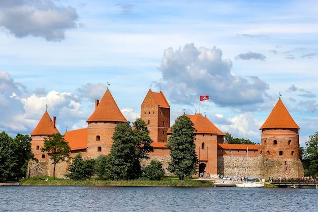 Trakai, litouwen. mening van kasteel trakai in zonnige dag, meer galve, litouwen.