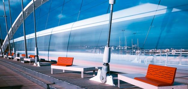Tram die de brug in lyon, frankrijk kruist.