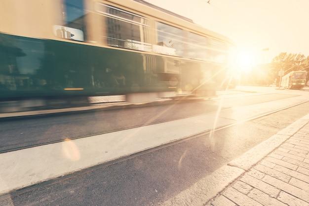 Tram die op de weg in helsinki overgaat