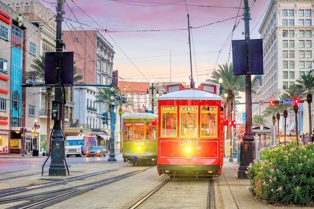 Tram in het centrum van new orleans, vs bij schemering