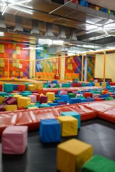 Trampoline voor kinderen en zachte blokjes op de speelplaats