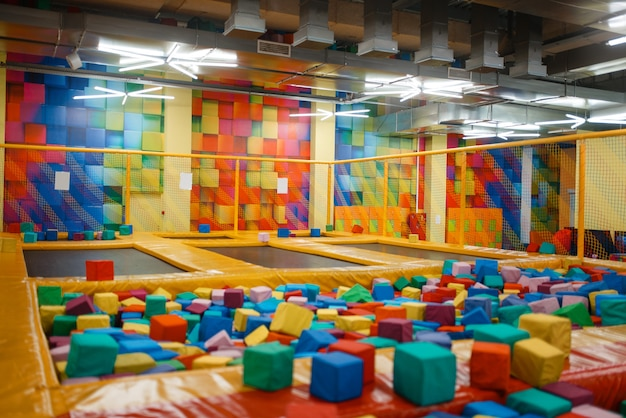 Trampoline voor kinderen en zachte blokjes op speelplaats in uitgaanscentrum