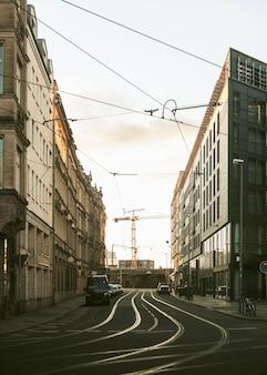 Tramsporen die door een emotionele stad lopen