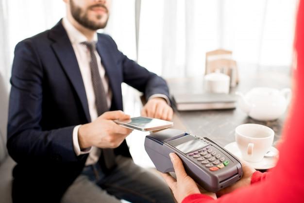 Transactie uitvoeren met gadget in restaurant