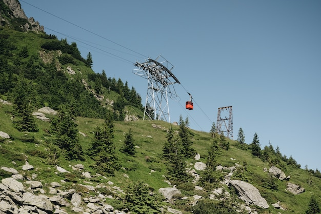 Transfagarasan kabelbaan in de groene karpaten van transilvanian, roemenië