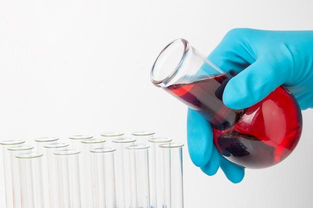 Transfusie van een chemische vloeistof uit een kolf in een reageerbuis.