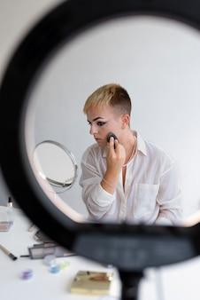 Transgender met medium shot make-up
