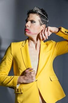 Transgender persoon gele jas dragen