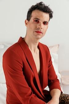Transgender persoon rode jas dragen