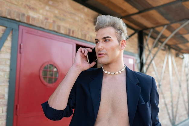 Transgender praten op telefoon medium shot