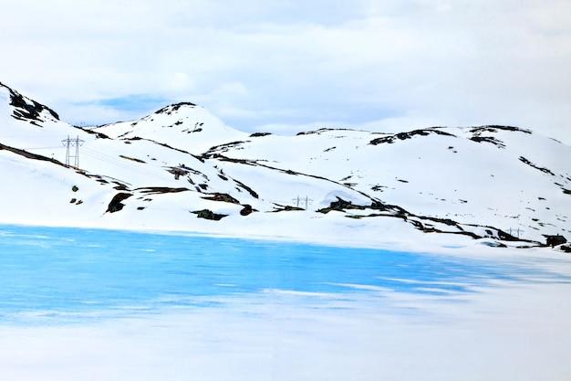 Transmissielijn aan de rand van een bevroren meer