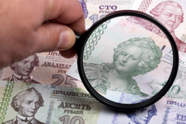 Transnistrische roebel in een vergrootglas