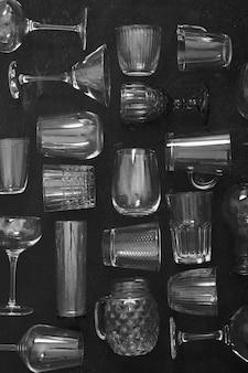 Transparant glas ingesteld op de donkere achtergrond