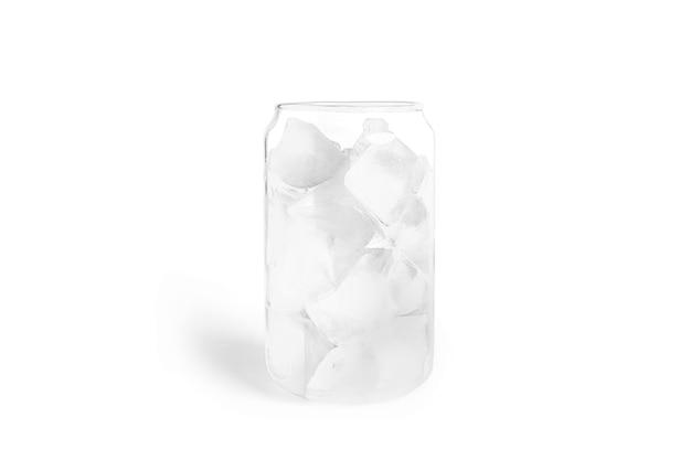 Transparant glas met ijsblokjes geïsoleerd op wit.