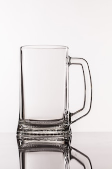 Transparant groot glas voor bier met handvat