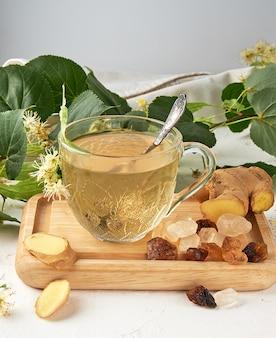 Transparante beker met thee van gember en linde