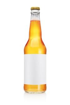 Transparante bierfles met lange nek en blanco label geïsoleerd op een witte achtergrond.