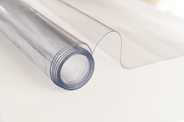 Transparante dikke pvc-folie ter bescherming van de tafel of het aanrecht. het tafelkleed in de keuken of het bureaublad in de kinderkamer en cabine vervangen. goederen voor in huis. winkel.