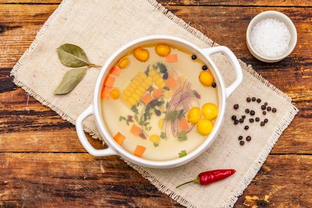 Transparante eendenbouillon met knoedels en groenten. traditionele bouillon, gezond eten.