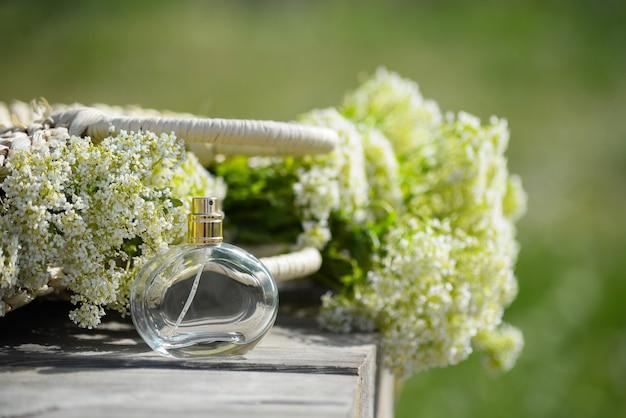 Transparante fles damesparfum op een houten tafel