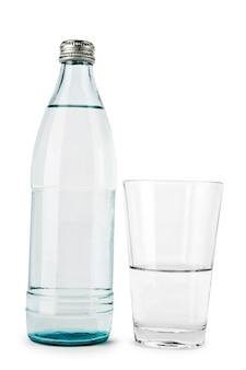 Transparante fles en glas geïsoleerd