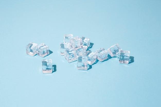 Transparante ijsblokjes. bovenaanzicht, plat gelegd Premium Foto