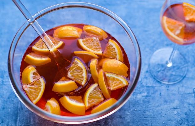 Transparante kom met aperolcocktail en glas
