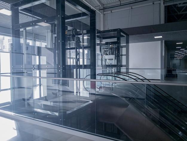 Transparante lift moderne liftschacht glazen gebouw Premium Foto