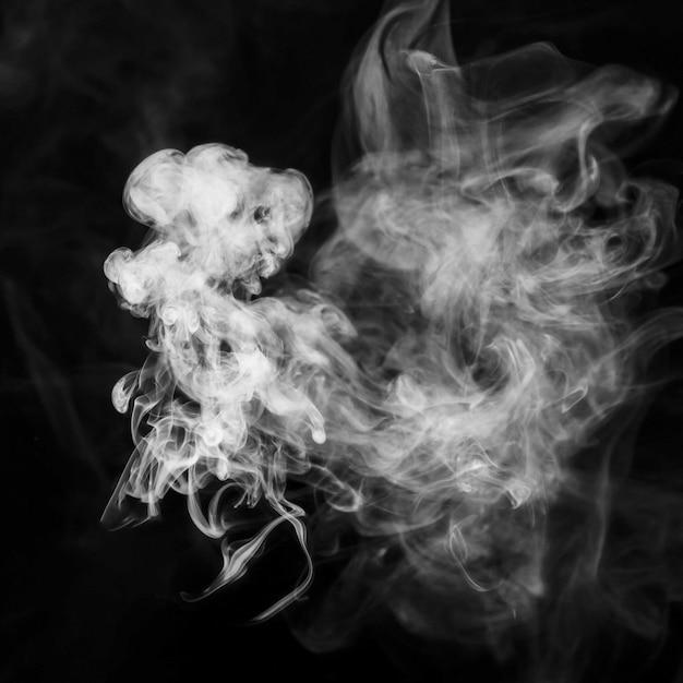 Transparante piekerige witte rook tegen zwarte achtergrond