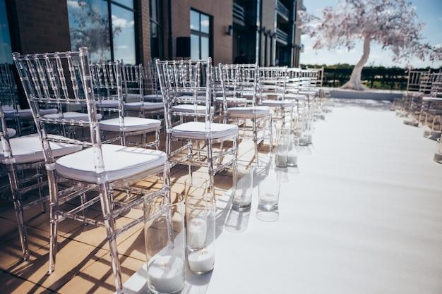 Transparante plastic stoelen voor bruiloftsgasten.