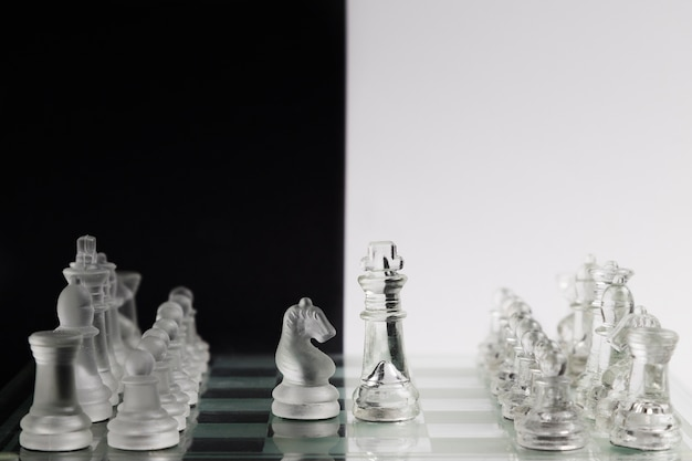 Transparante schaakstukken aan boord