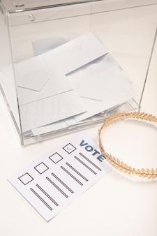 Transparante stembus met envelop en kroon