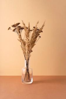 Transparante vaas met gedroogde bloemen