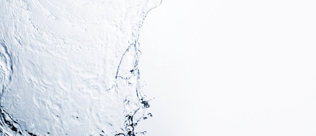 Transparante vloeibare vorm op witte achtergrond met kopie ruimte