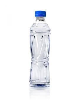 Transparante waterfles die op witte achtergrond wordt geïsoleerd.
