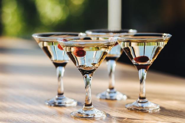 Transparante wijnglazen met drankjes