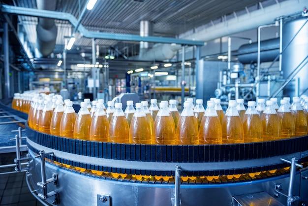 Transportband met flessen voor sap of water bij een moderne drankenfabriek