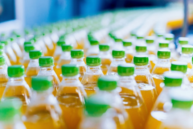 Transportband met flessen voor sap of water. drankenfabriek apparatuur