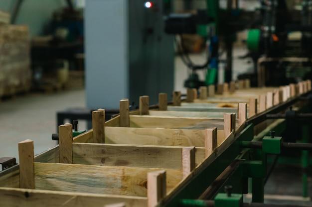 Transportband voor de productie van houten kisten