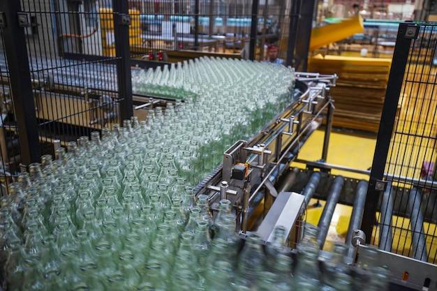 Transportband voor het bottelen van water uit glazen flessen