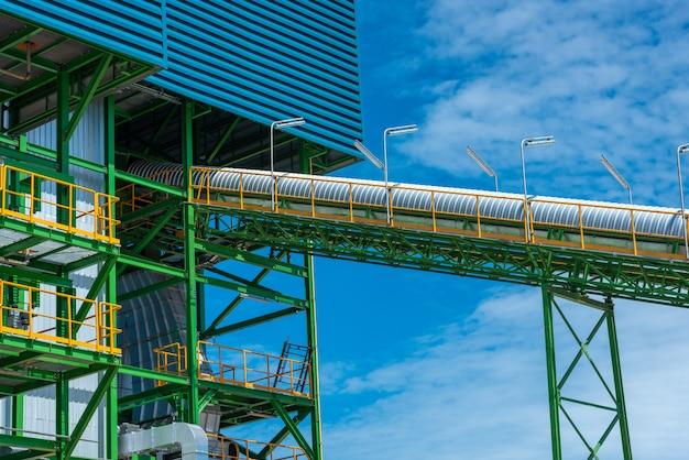 Transportband voor houtversnipperaar bij biomassa-energiecentrale
