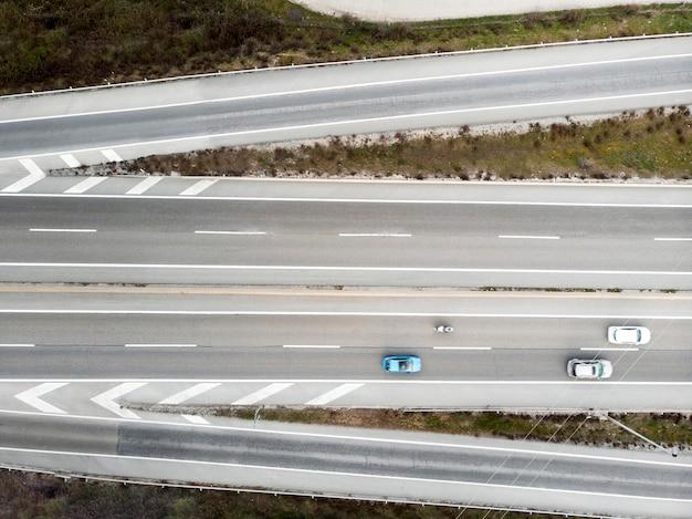 Transportconcept met auto's op bruggen